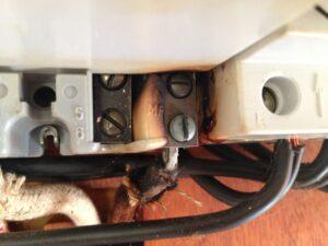 Elektriker vagten 43.B, en løs ledning i en eltavle skabte problemer, og lyset begyndt at blinke, så blev elbagten kontaktet.